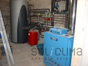 Caldera de gasóleo de alto rendimiento + agua caliente y calefacción solar con suelo radiante