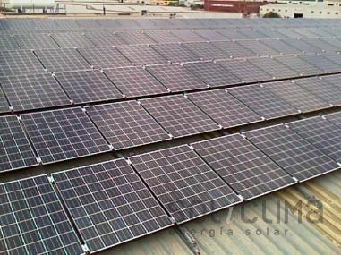 Placas solares fotovoltaicas sobre tejado industrial en Valencia