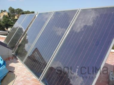 Placas solares instaladas en la azotea, con nubes